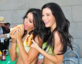 th_24757_celeb-city.org-The_Elder-Jayde_Nicole_2009-07-15_-_hands_out_veggie_hot_dogs_on_Capitol_Hill_for_Peta_4119_122_1140lo.jpg