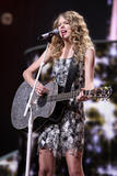 http://img169.imagevenue.com/loc1141/th_19601_Taylor_Swift___Performs_live_in_concer_0003_122_1141lo.jpg