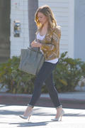 http://img169.imagevenue.com/loc1145/th_862946366_Hilary_Duff_at_Crumbs_bakery55_122_1145lo.jpg